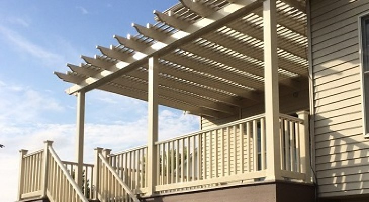 Attached_tan_vinyl_pergola_on_5in_square_posts_and_with_tan_vinyl_rails_730_400_87auto_s_c1 (1)